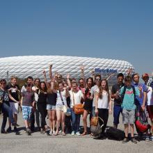 """Die gesamte Klasse vor dem Fußballstadion """"Arena"""""""