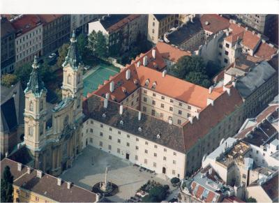 Flugfoto vom Piaristenkonvikt mit Kirche