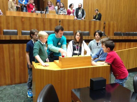 SchülerInnen am Pult im Sitzungssaal