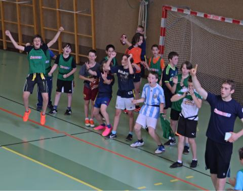 Mannschaft und Trainer freuen sich am Spielfeldrand und jubeln