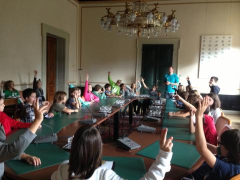 viele Schüler am grünen Tisch