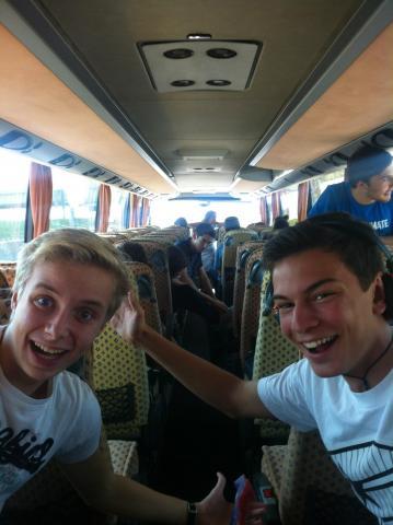 fröhliche Schüler im Bus