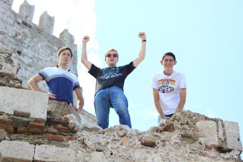 jubelnde Schüler haben Burg erklommen