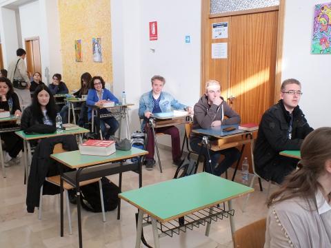 Schüler im Klassenzimmer beim Übersetzen