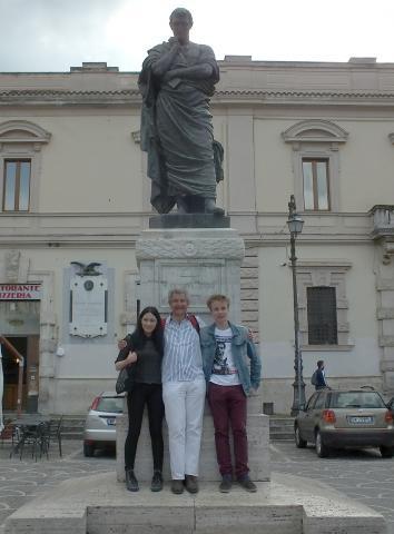 Die Teilnehmer mit Prof. Brandsteidl vor dem Denkmal Ovids