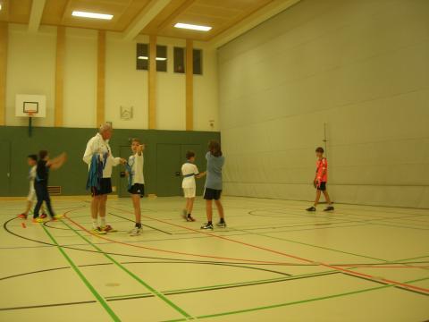 Prof. Vondra leitet ein Fußballspiel