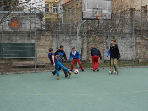 Buben spielen  im Hof am Sportplatz in der Pause Fußballl