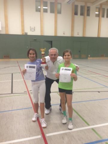 Prof. Vondra mit zwei Schülerinnen bei der Siegerehrung