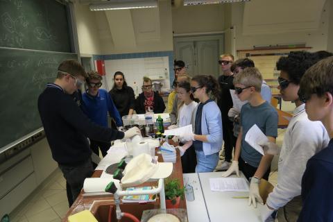Schüler im Labor bei Prüfung