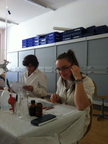 Schülerin im Labor