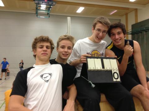 vier nette Jungs mit Anzeigetafel