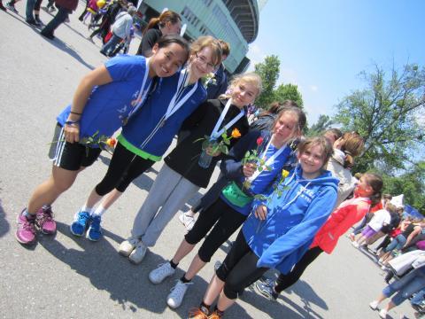 fünf Mädchen mit Medaille und Rose nach dem Ziel