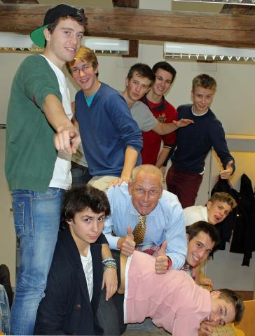 Prof. Vondra mit den Jungs seiner 8. Klasse