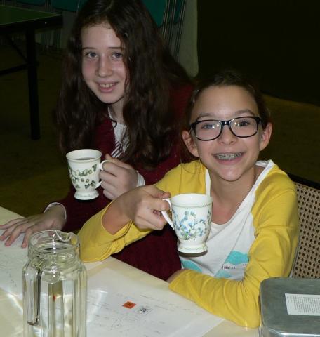 zwei Mädchen beim Teeverkosten