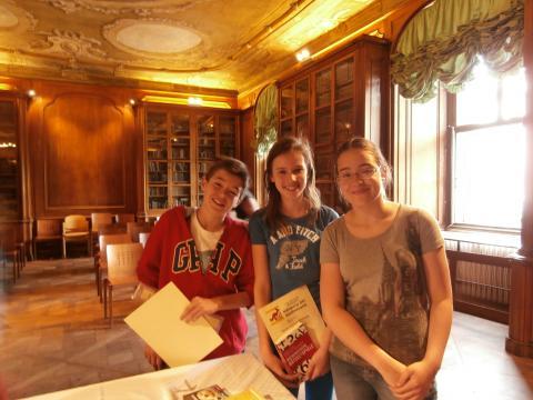 drei Schülerinnen bei der Preisverleihung