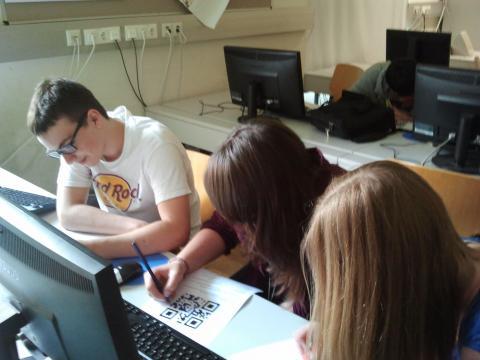 Schüler arbeiten am PC