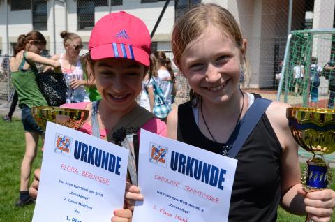 zwei Schülerinnen mit Urkunde