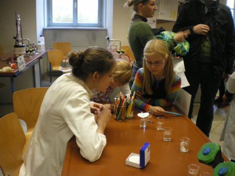 Volksschülerin auf Besuch im Chemiesaal