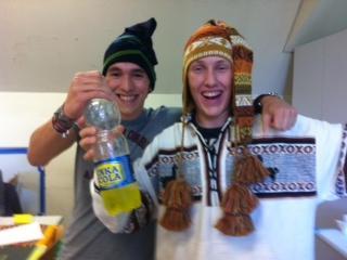 zwei Schüler mit peruanischen Hauben