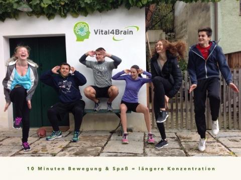 6 Schüler vor Vital4Brain Logo